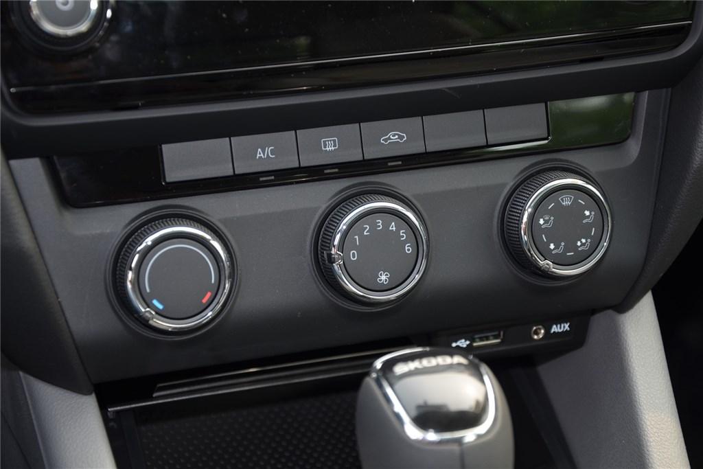 明锐中控台空调控制键